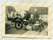 Foto, 2 junge Frauen mit schwerem NSU Motorrad, Nahaufnahme 20540