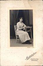 photo portrait studio femme assise à table élégante Martinotto frères Grenoble