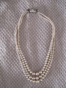 alte Verlauf Perlenkette 3-reihig 42 cm, Kette antik ?