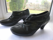 Ladies Clarks full shoe / boot  black  leather size  6 (39.5) Roomy fit.