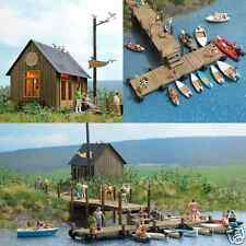HO Busch 1065 Lake Diorama BOAT RENTAL KIT w/ Office Building , Boats and Dock