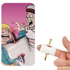 Farce du faux clou qui traverse votre doigt et le pansement - Sang factice