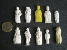 10 FÈVES ANCIENNES EN PLASTIQUE (2)