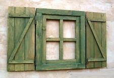 ventana de madera con postigos o contraventanas, verde manzana, vintage
