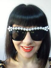 Lunettes de soleil rétro pinup noires demi perles blanches et fleurs originales