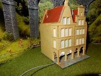 Stadthaus mit Arkaden und Frisör Krull  BELEUCHTET Spur N C215