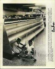 1964 Press Photo Children at Empty Supermarket Shelves in Havana, Cuba