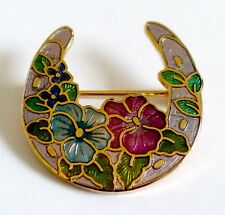 A VINTAGE 1980s GOLD TONE CLOISONNE ENAMEL HORSESHOE SHAPE FLOWER BROOCH BY FISH