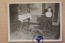 altes Foto Kind mit Spielzeug Schaukelpferd Blech Eisenbahn um 1940
