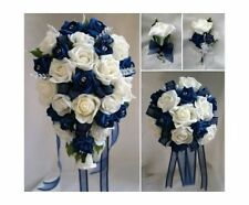 Fiori, petali e ghirlande blu rosa per il matrimonio