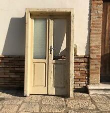 Antica porta a due ante in legno massello bugnata con vetro laccata bianca