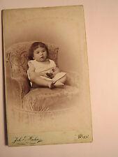 Wien - 1898 - auf einem Sessel sitzendes kleines Kind / CDV