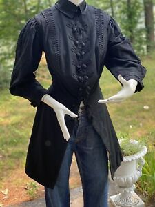 1900 VICTORIAN LADIES LONG FITTED WALKING JACKET WITH DECORATIVE SOUTASH