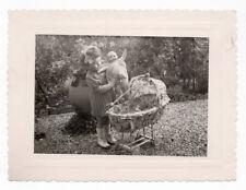 PHOTO vers 1950 Jeu Jouet Toy Doll Poupée Enfant Petite Fille Landau Poussette