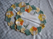 2 Deckchen rund Blumen Blüten Applikation Gelb Orange Grün neuwertig