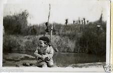 Portrait jeune garçon assis au bord de l'eau - Photo ancienne an. 1950