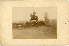 Sport Équestre, Démonstration Militaire du saut à cheval vu de dos, ca.1900, Vin