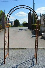 arche de jardin en fer forgé avec des oiseaux