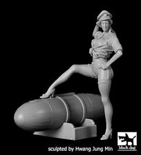 Black Dog 1/32 US Pin-up Girl #3 wearing Air Force Cap w/Leg on a Bomb F32034