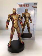 Statues de héros de BD avec iron man