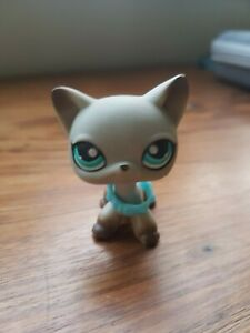 LPS #391 Egyptian Gray Cat with blue collar. Clear Neck Peg and magnet.