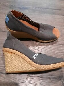 WOMENS SIZE 6.5 TOMS WEDGE HEEL SHOES