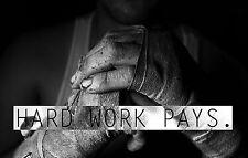"""Enmarcado impresión-Cage Fighter golpeó hacia las manos """"duro trabajo paga"""" (Imagen Cartel MMA) ar"""