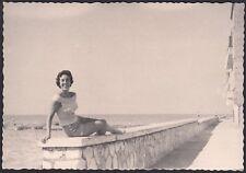YZ2102 Luogo da identificare - In posa sul muretto della spiaggia - Foto d'epoca
