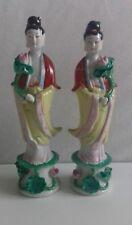 Paire 2 chinois porcelaine dame figurines Holding Fleur de Lotus. Peint à la main.