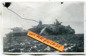 Foto :  2 verlassene T-34 Panzer aus Rußland in der Kalmückensteppe im 2.WK