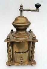 rare moulin à café en laiton décoré vers 1900