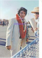 ELVIS PRESLEY HAWAII ALOHA AIRPORT ARRIVAL BY LEECH JANUARY 1973 PHOTO CANDID Z