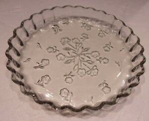 """Vntg. ANCHOR HOCKING Clear GLASS Pie Dish 10"""" SAVANNAH Floral Design Oven Proof"""