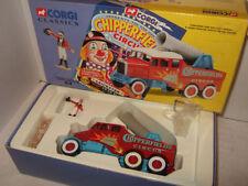 Camions miniatures rouge en métal blanc