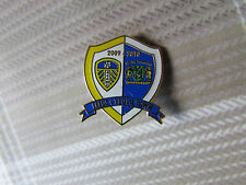 LEEDS United v YEOVIL Town 2009 - 2010 FOOTBALL Pin Badge