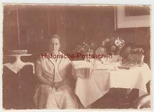 (F8264) Orig. Foto Berlin Friedrichshagen, Frau in Wohnung am Geschenketisch 193