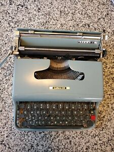 Vintage Olivetti Lettera 22 Manual Portable Typewriter Made In  Italy WORKS WELL