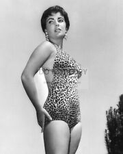 ELIZABETH TAYLOR IN A LEOPARD-SKIN BATHING SUIT - 8X10 PUBLICITY PHOTO (DD472)
