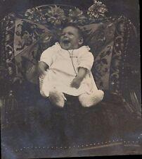 Snapshot 1922  photo bébé sur chaise et coussin brodé 3/3 rire