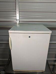 Fisher Scientific 97-920-1 Undercounter Refrigerator with Door Storage / TESTED