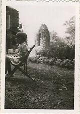 PHOTO ANCIENNE - VINTAGE SNAPSHOT - ENFANT CHAISE JARDIN CADRAGE DRÔLE - CHILD