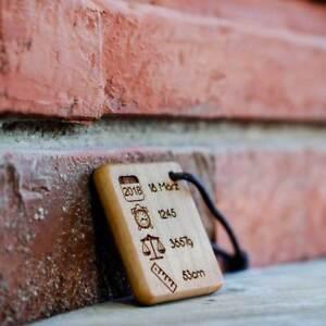 Holz Schlüsselanhänger mit Gravur zur Geburt personalisiert Datum Baby