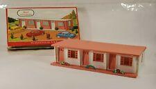 Plasticville 1621-100 Motel w/all 3 flowers (missing 3 autos)