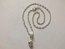 collier argenté avec pendentif dauphin perle oeil de chat blanche
