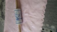 altes Teigrolle aus Porzellan mit Zwiebelmuster und Holzgriff