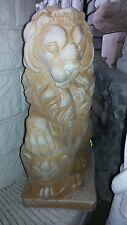 statua leone con stemma araldico in gesso o cemento e polvere di marmo leoni