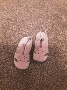 Infants nike casual shoes size 5, pink/white