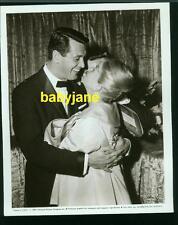 DORIS DAY ROCK HUDSON VINTAGE 8X10 PHOTO 1959 EMBRACE AT PILLOW TALK PREMIERE