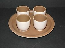 Poole Pottery TWINTONE set de quatre Sépia & Champignon coquetiers sur une base