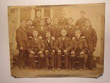 Viersen - Gruppe Männer im Anzug vor einem Haus mit Fenster / Foto